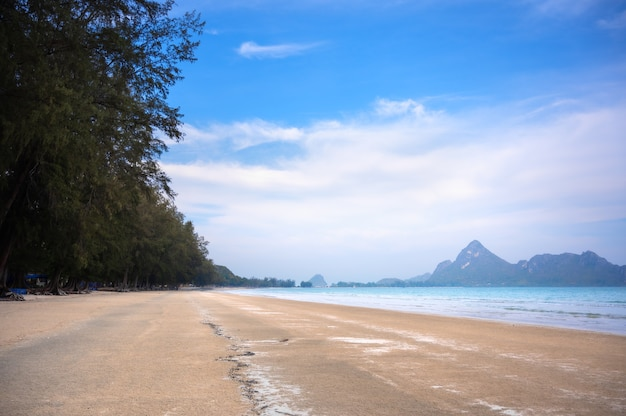 Plage de la mer à la baie d'ao manao, province de prachuap khiri khan, thaïlande. concept de rêve solitaire.