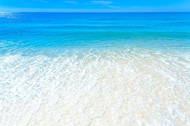 Plage de la mer ciel bleu sable soleil lumière du jour détente paysage point de vue sur la plage de haeundae en été à busan en corée.