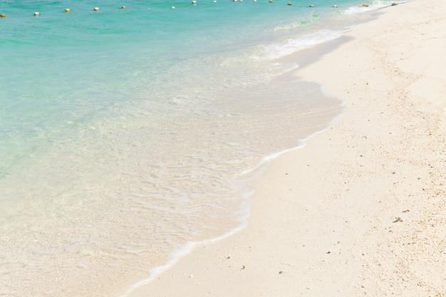 Plage de mer émeraude bleu sable blanc pour le fond.