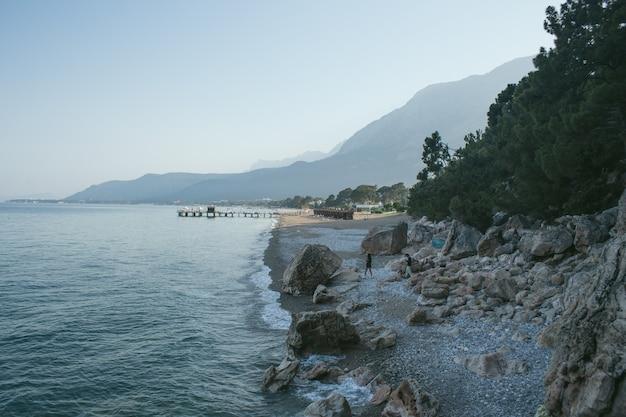 Plage sur la mer avec des montagnes en arrière-plan à antalya kemer