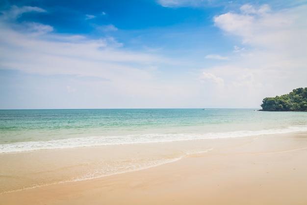 Plage avec la mer sans vagues