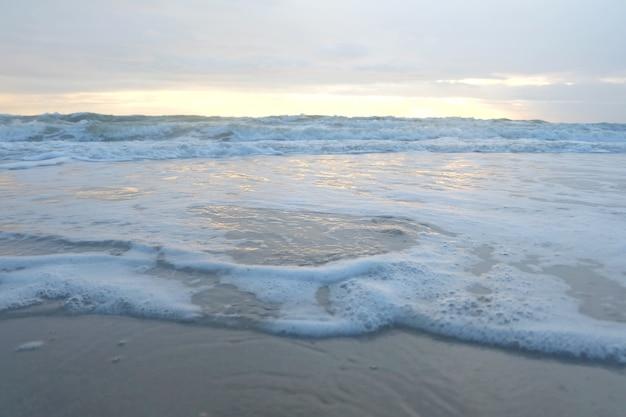 Plage et mer tropicale le matin et le lever du soleil.
