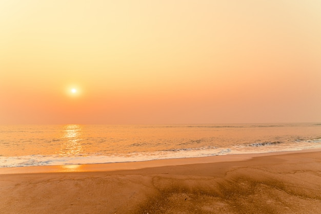 Plage de la mer vide avec coucher ou lever de soleil