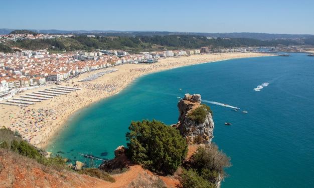 La plage de nazar, avec un climat doux et une grande beauté naturelle, possède l'une des plus anciennes traditions du portugal en matière d'engins de pêche.