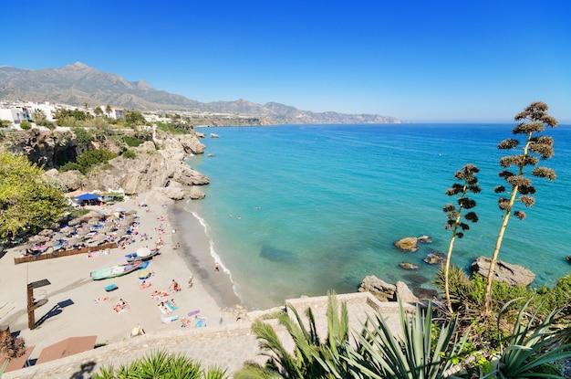 Plage de nerja, célèbre ville touristique de costa del sol, malaga, andalousie, espagne.