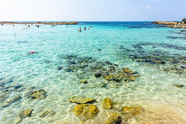 Plage de nissi avec la mer bleue à chypre