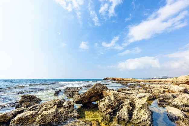 Plage de nissi avec des rochers à chypre