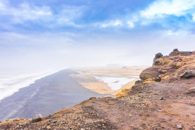 Plage noire en islande, saison d'hiver.