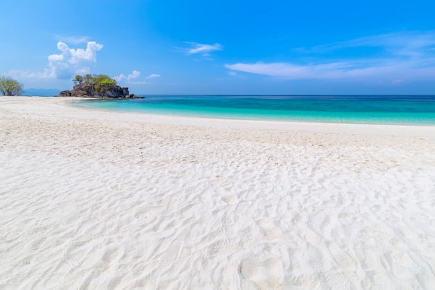 Plage paradisiaque et ciel bleu sur l'île de khai dans la province de satun en thaïlande