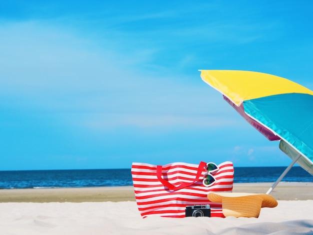 Plage avec un parapluie coloré sur fond de belle plage claire.