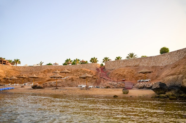 Plage sur la péninsule du sinaï. égypte, charm el-cheikh.