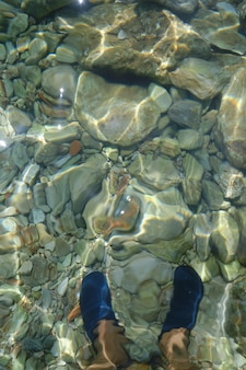 Une plage de pierre en croatie