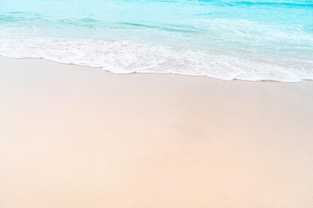 Plage propre de nature tropicale et sable blanc en été avec ciel bleu clair et bokeh.