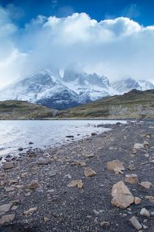 Plage rocheuse dans le parc national de torres del paine, chili