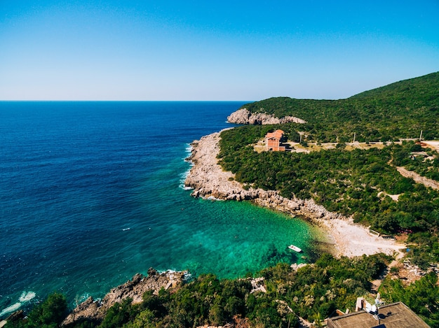 Plage rocheuse des villas de la mer adriatique sur le rivage