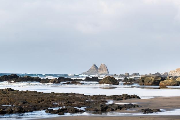 La plage de sable de benijo sur l'île de tenerife, canaries, espagne