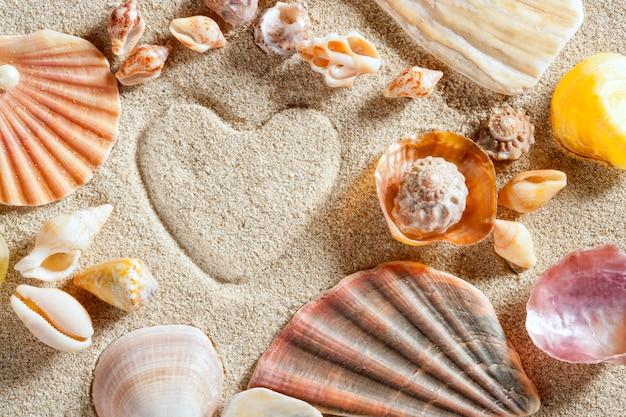 Plage sable blanc forme de coeur impression vacances d'été