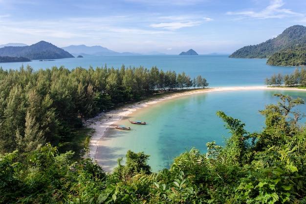 Plage de sable blanc de l'île de khang khao (île de bat), province de ranong, thaïlande.