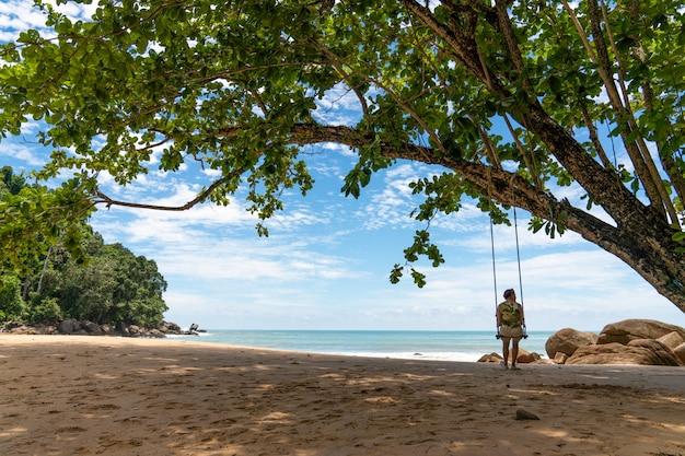 Plage de sable blanc à khaolak, phuket, thaïlande