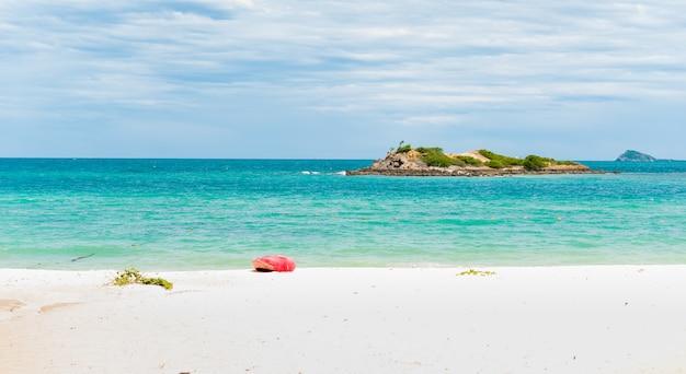 Plage de sable blanc avec une mer bleue sur koh samaesarn.