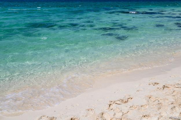 Plage de sable blanc en mer tropicale