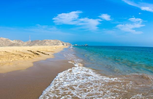 Plage de sable et ciel bleu