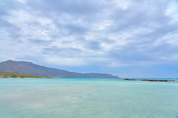 Une plage de sable elafonissi sur l'île de crète aux eaux turquoises.
