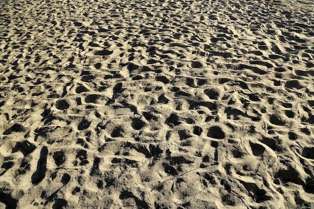 Plage de sable avec empreinte au coucher du soleil. concept de vacances nature et été.