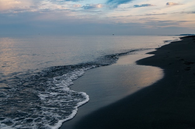 Plage de sable magnétique noire de la mer noire à ureki, en géorgie.