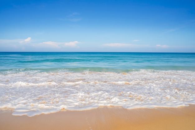 Plage de sable et de mer bleue dans le ciel bleu