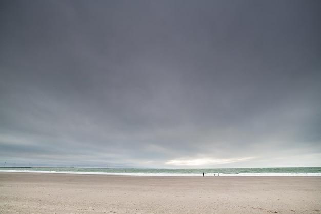 Plage de sable de la mer du nord à zealand