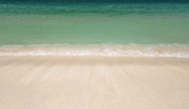 Plage de sable de la mer, vagues ondulantes sur la côte.