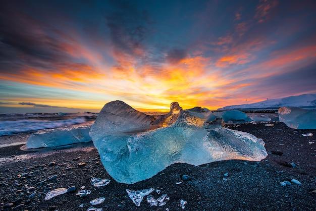 Plage de sable noir diamant au coucher du soleil en islande