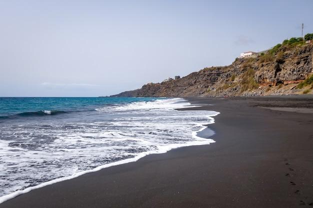 Plage de sable noir sur l'île de fogo, cap-vert