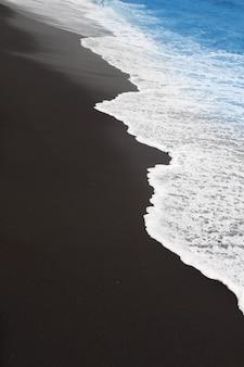Plage de sable noir à tenerife aux îles canaries