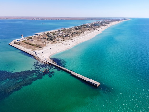 Plage de sable tropicale divisant une mer turquoise exotique et barre de sable du lac dans la mer