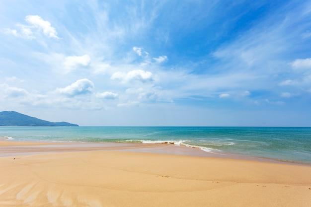 Plage de sable tropicale avec l'image de l'océan bleu et du ciel bleu pour la nature ou l'été