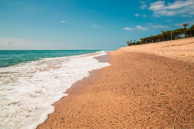 Plage de sable et les vagues de la mer méditerranée en espagne