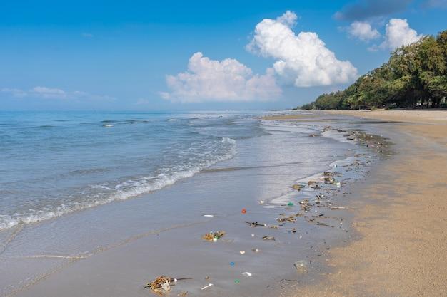 Plage sale ou déchets renversés sur la plage