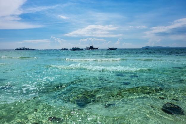 Plage de tien à koh larn au large de la côte de l'île de pattaya en thaïlande.