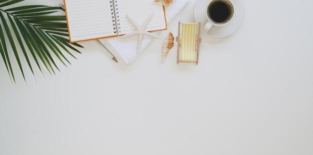 Plage de travail en été: vue de dessus sur le lieu de travail avec fournitures de bureau et décorations de plage