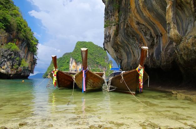 Plage tropicale, bateaux longtail