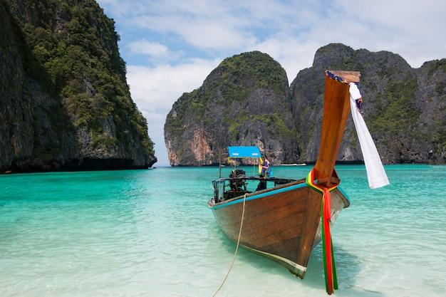 Plage tropicale, bateaux à longue queue traditionnels, célèbre maya bay