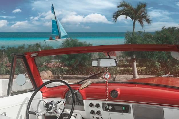 La plage tropicale de cayo coco à cuba avec des palmiers de voitures classiques américaines un jour d'été avec de l'eau turquoise fond de vacances