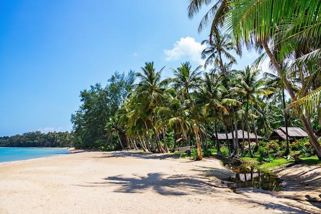 Plage tropicale sur l'île en thaïlande