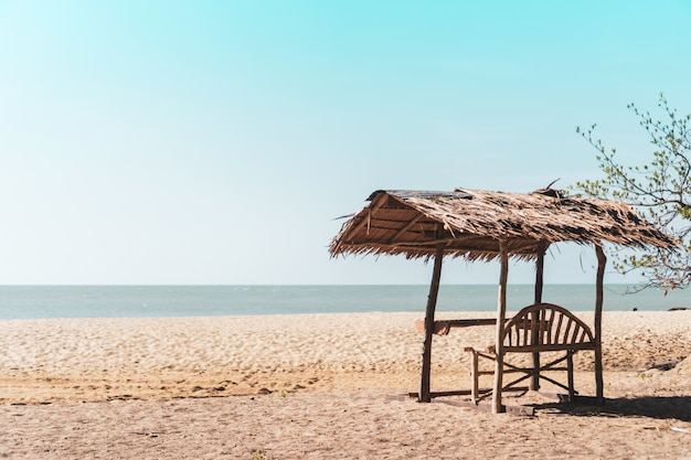 Plage tropicale de nature tropicale et sable blanc en été avec ciel bleu clair du soleil et fond de bokeh.