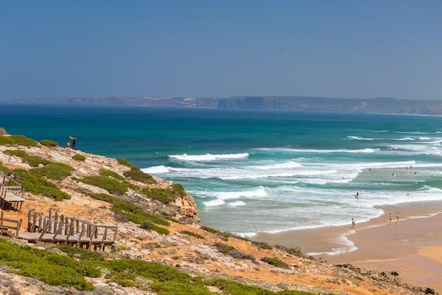 Plage tropicale parfaite pour passer les après-midi d'été en algarve, portugal