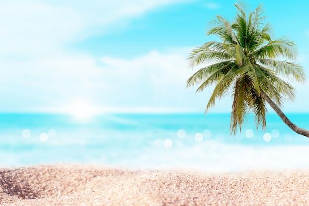Plage tropicale et sable blanc en été avec soleil et ciel bleu clair