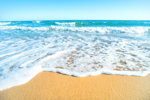 Plage tropicale avec sable et vague de mer en arrière-plan. prise de vue macro
