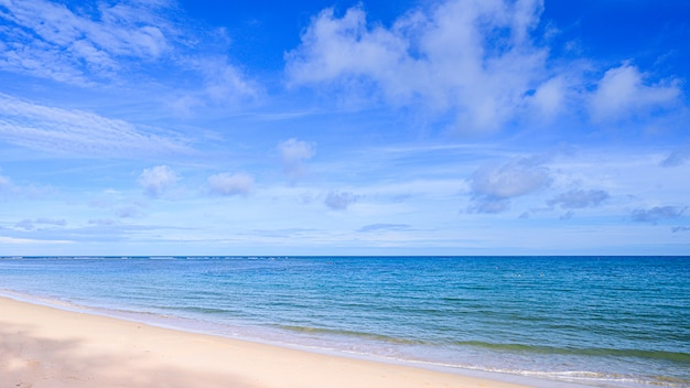 Plage tropicale en thaïlande. vues sur la plage, la mer et le ciel